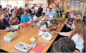 Koffieochtenden in het +Punt worden goed bezocht. Foto Cees Baars